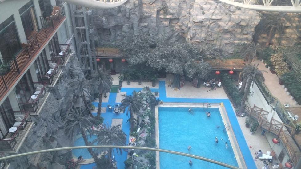 房间俯瞰泳池